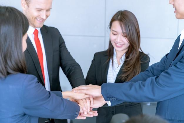 Groupe de travail en équipe heureux Photo Premium