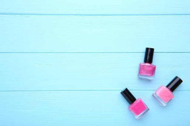 Groupe De Vernis à Ongles Rose Sur Fond Bleu Photo Premium