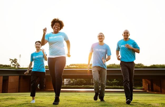 Groupe de volontaires heureux et divers Photo gratuit