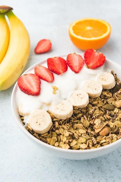Gruau au lait, banane et fraise Photo Premium