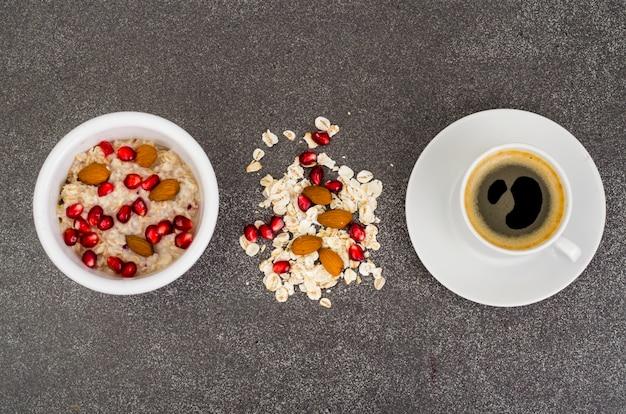 Gruau à La Grenade Et Aux Noix Et Au Café Noir Photo Premium