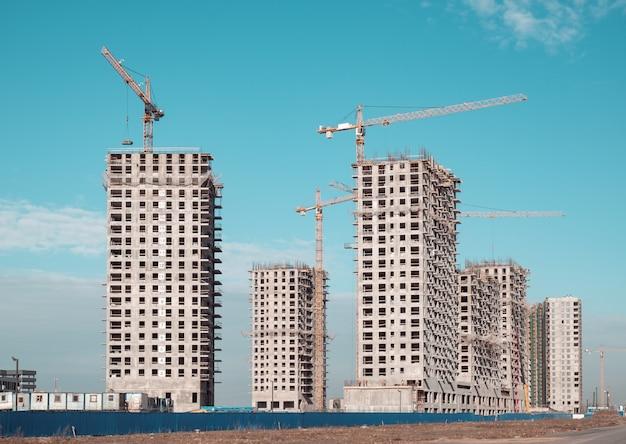 Grue De Bâtiment Et Bâtiments En Construction Photo Premium