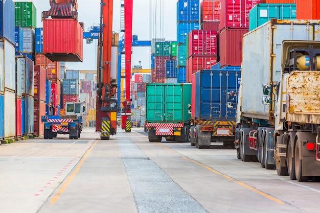 La grue portuaire industrielle soulève la boîte de chargement des conteneurs d'exportation à bord. Photo Premium