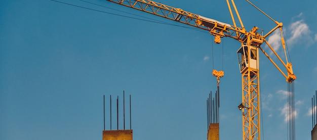 Grues à Tour Sur Un Chantier De Construction Photo Premium