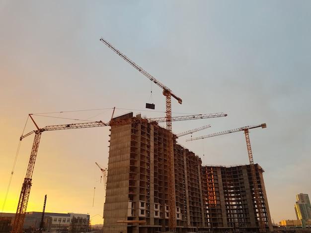 Grues à Tour Mais Dans Un Contexte De Construction Photo Premium