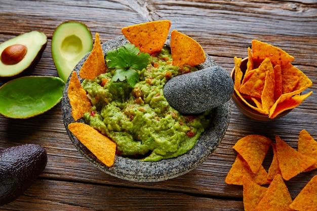 Guacamole aux nachos au molcajete mexicain Photo Premium