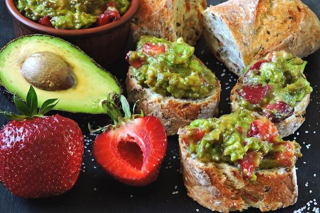 Guacamole à la fraise avec baguette de fitness. collation saine. keto diet keto collation. Photo Premium