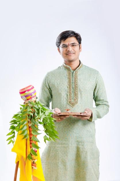 Gudi Padwa Marathi Nouvel An, Jeune Indien Célébrant Le Festival Gudi Padwa Photo Premium