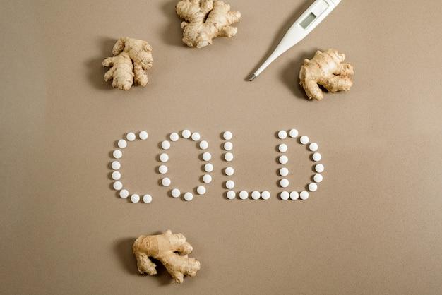 Guérir un rhume en hiver, des pilules ou des remèdes naturels comme le gingembre. Photo Premium