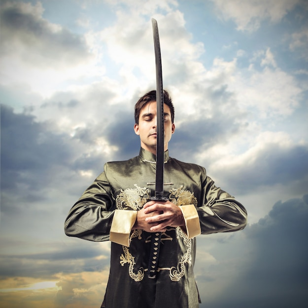 Guerrier en robe antique tenant une épée Photo Premium