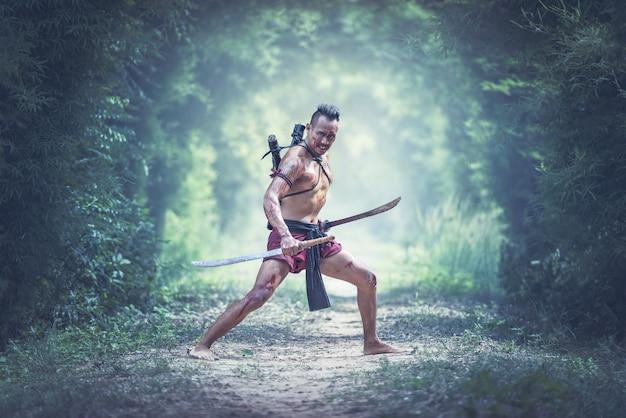 Guerrier traditionnel en thaïlande sur le champ de bataille Photo Premium