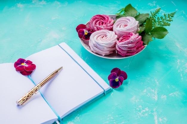 Guimauve et un livre ouvert. moments romantiques. Photo Premium