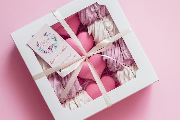 Guimauves Et Macarons Dans Une Boîte Cadeau Avec Un Espace Pour Le Texte Photo Premium