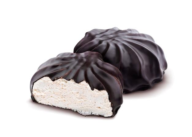 Guimauves recouvertes de chocolat, zéphyr russe traditionnel au chocolat isolé sur fond blanc Photo Premium