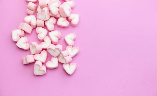 Guimauves roses sur le fond plat avec espace copie Photo Premium