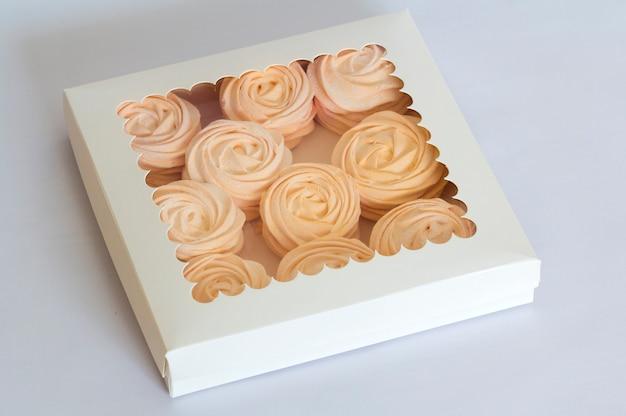 Guimauves Roses Maison Dans La Boîte, Feijoa - Une Délicatesse Aigre Et Maison Idéale Photo Premium