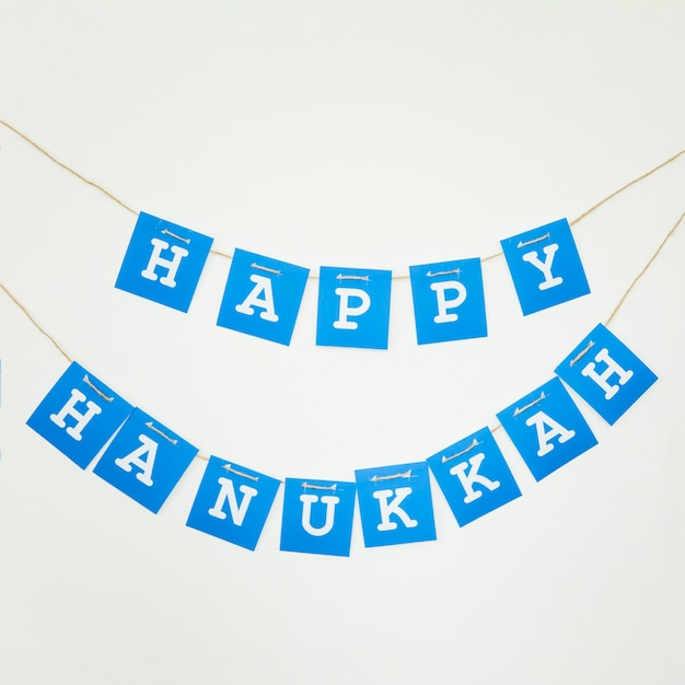 Guirlande de hanoukka heureux sur le mur Photo gratuit