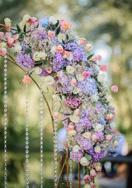 Guirlande d'hortensias bleus et roses roses Photo gratuit