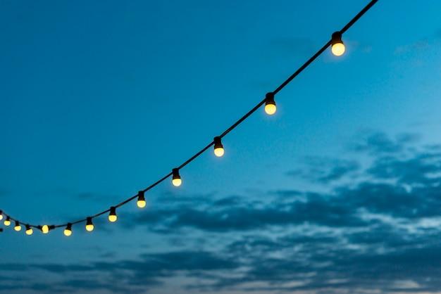 Guirlande de lumières avec ciel coucher de soleil Photo gratuit
