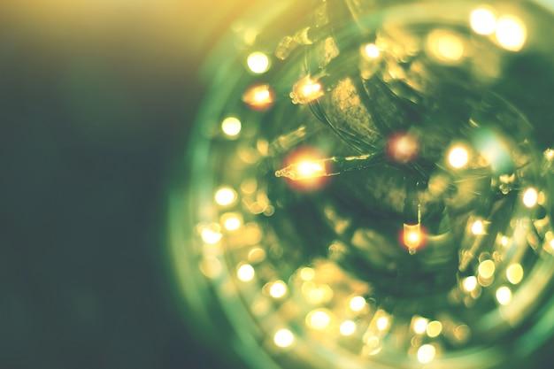 Guirlande lumineuse jaune avec décor de bokeh, bokeh de lumière floue avec fond d'arbre Photo Premium