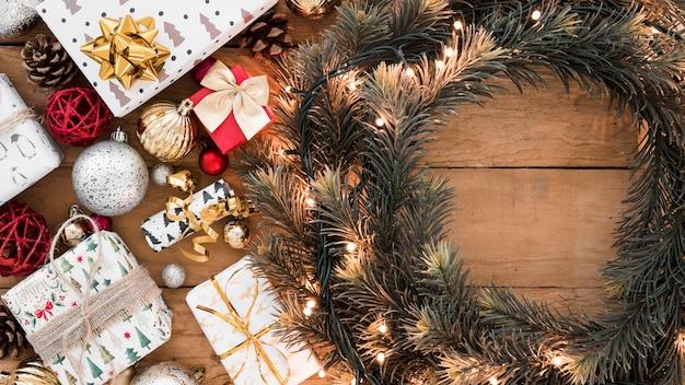 Guirlande de noël avec des coffrets cadeaux Photo gratuit