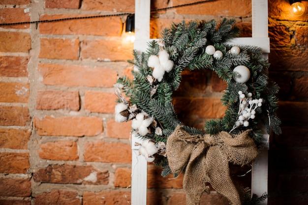 Guirlande de noël élégante décorée de fleurs et de jouets blancs Photo Premium