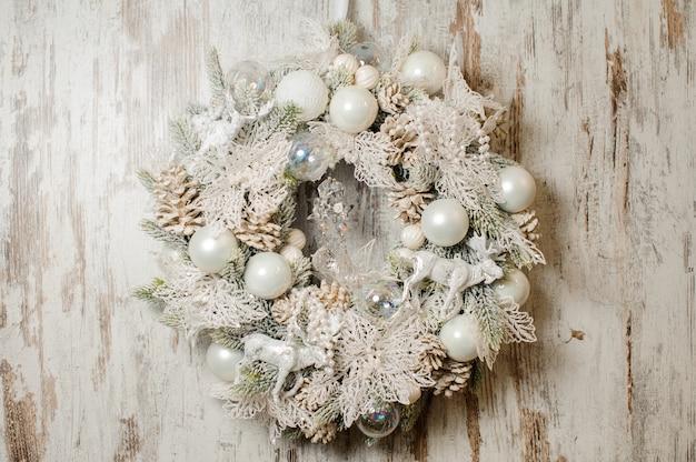 Guirlande de noël stylée en sapin et décorée dans des tons blancs Photo Premium