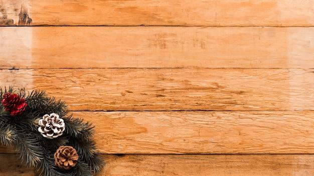 Guirlande de noël sur une table en bois Photo gratuit