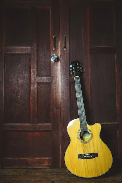 Guitare classique sur fond en bois ancien Photo Premium