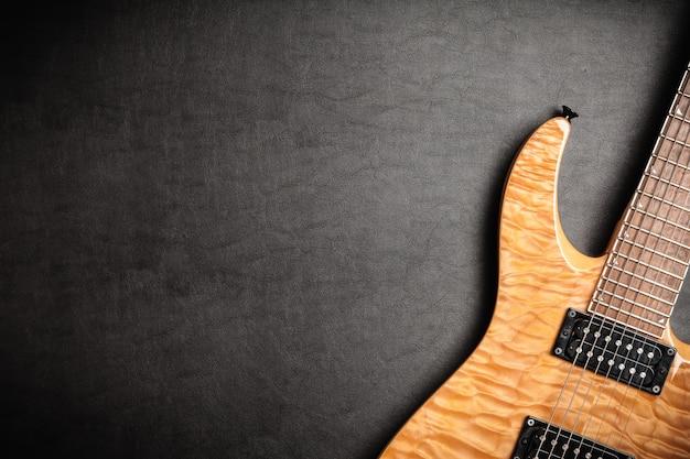 Guitare électrique sur fond de cuir foncé Photo Premium