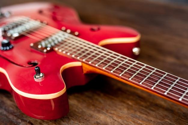 Guitare électrique rouge sur plancher en bois Photo gratuit