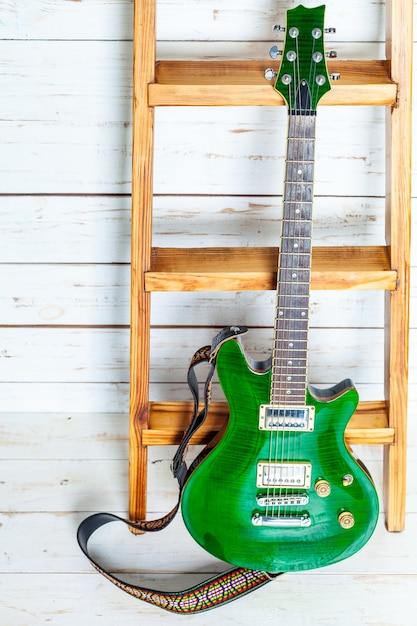 Guitare électrique sur une vieille surface en bois Photo Premium