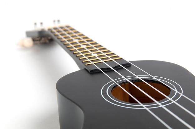 Guitare ukulélé noir sur blanc Photo Premium