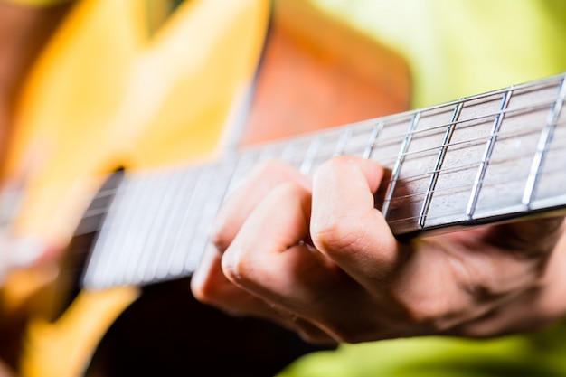Guitariste Asiatique Jouant De La Musique En Studio D'enregistrement Photo Premium