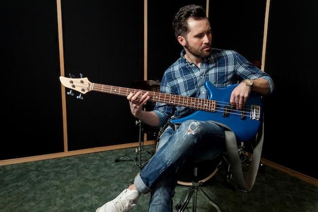 Guitariste sur chaise Photo gratuit