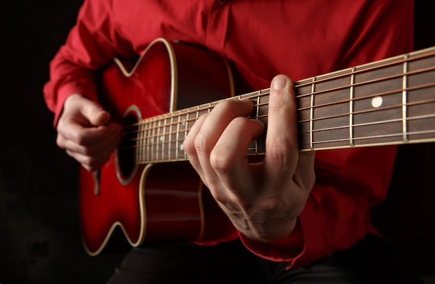 Guitariste jouant de la guitare acoustique Photo Premium