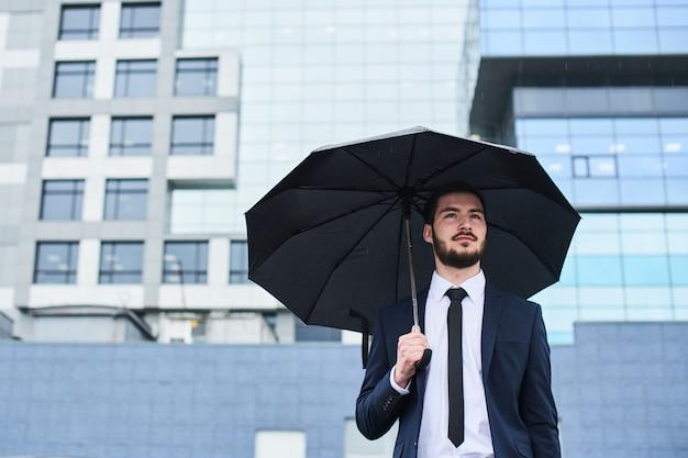 Guy En Costume Avec Parapluie Dans Les Mains Photo Premium