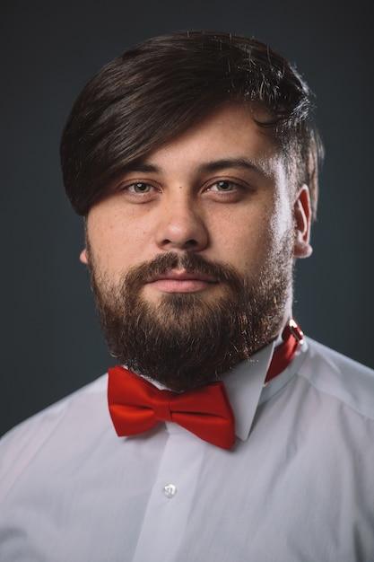 Guy dans une chemise blanche avec noeud de cravate rouge Photo gratuit