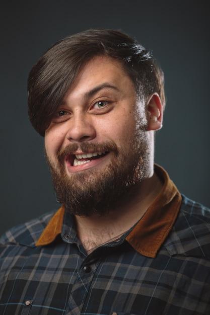 Guy dans une chemise à carreaux Photo gratuit