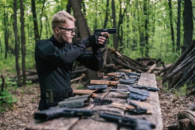 Guy In The Woods Teste Ses Armes Pour Le Tir Sportif Photo Premium