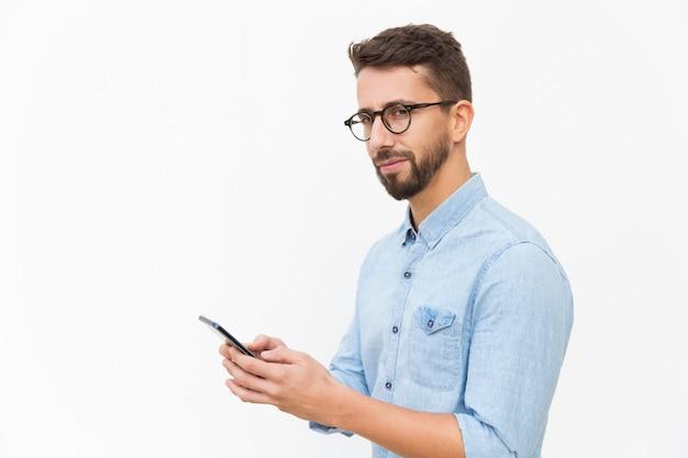 Guy Pensif à L'aide De Smartphone, Message Texte Photo gratuit