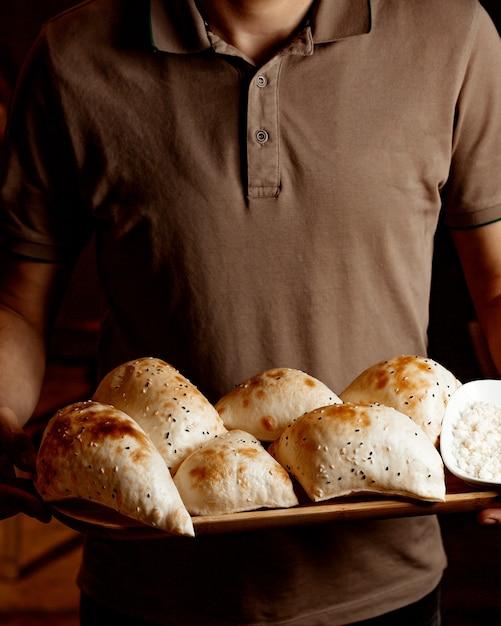 Guy Tenant Une Boulangerie Dans Ses Mains Photo gratuit