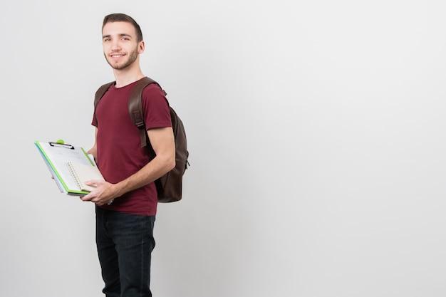 Guy tenant un dossier avec des notes Photo gratuit
