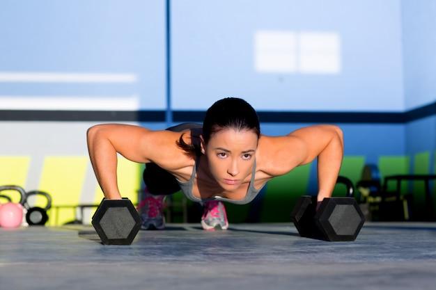 Gym femme push-up force push-up avec haltère Photo Premium