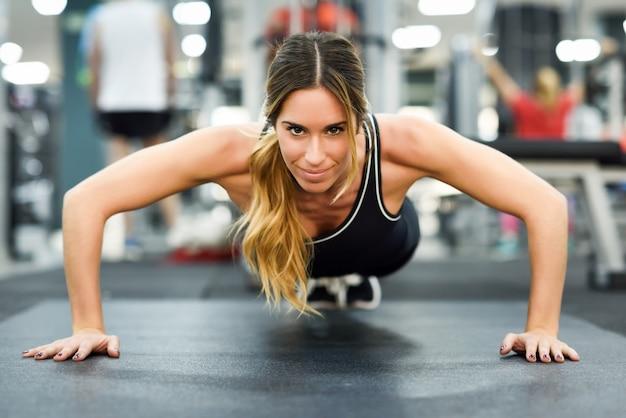 Gymnase muscles femme exercice de la santé Photo gratuit
