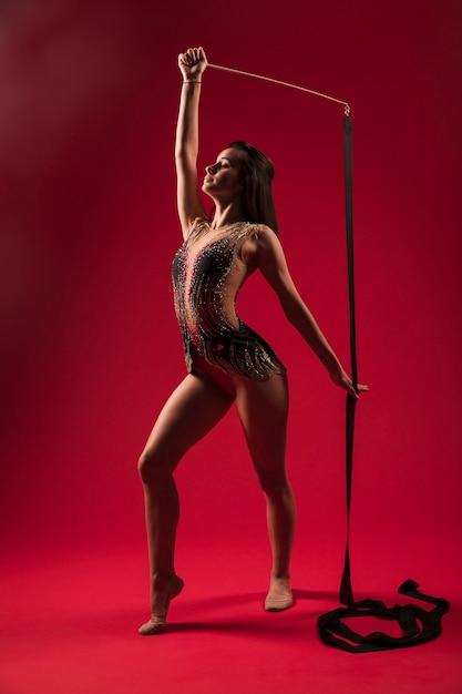 Gymnaste Faisant Des Positions Avec Le Ruban Photo gratuit