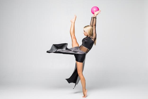 Gymnaste De Jeune Fille Assise Avec Un Ballon Isolé Photo gratuit