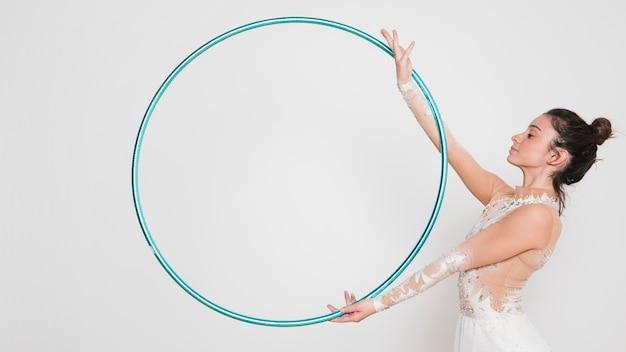 Gymnaste Rythmique Posant Avec Le Cerceau Photo gratuit