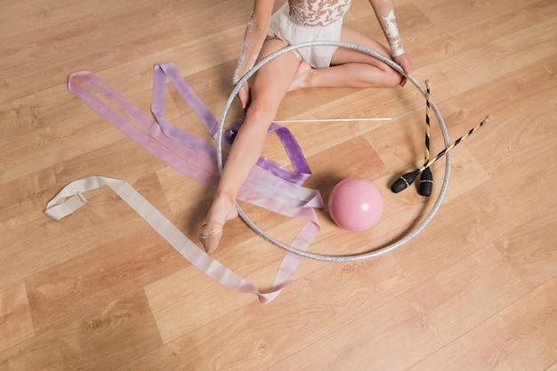Gymnaste rythmique posant avec des outils Photo gratuit
