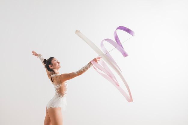 Gymnaste Rythmique Posant Avec Le Ruban Photo Premium